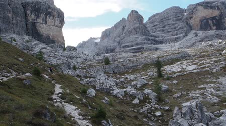 dolomit : Male mountain climber, Dolomites Mountains in Italy. Travel adventure concept.