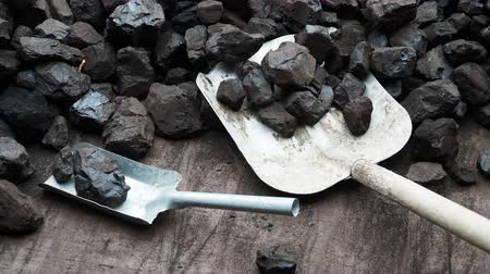 обжиг : Shovel and coal. A pile of brown coal with a shovel, lignite storage.