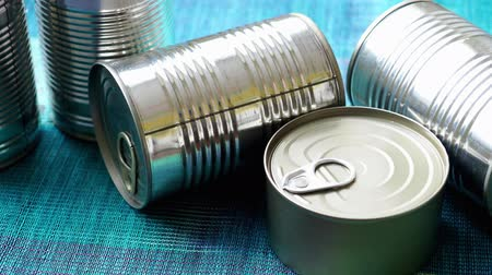 консервированный : Tin cans with food. Conserved food. Closeup of a group of aluminium cans.