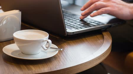 рабочих мест : Business man working. Manager in formal wear sitting at the table  with laptop at coffee time