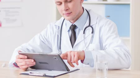 таблетка : Professional doctor using tablet