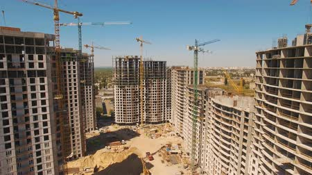 área de trabalho : Construction of houses. Drone fly over construction site with tower cranes Stock Footage