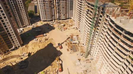 avançar : Aerial shoot of construction site with tower cranes. Drone footage