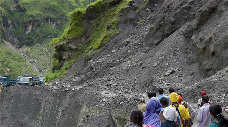 földrengés : Landslide and Boulders rocks roll in india mountain Stock mozgókép