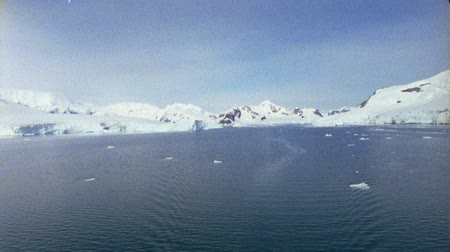 buz : Coast seen from the ship. Glaciers