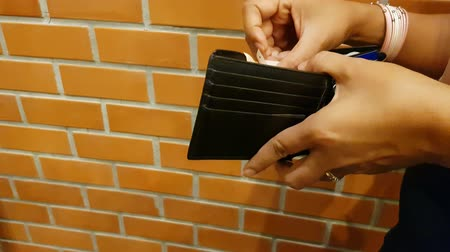 кошелек : close up of female asian hand holding wallet and looking or counting for money. Стоковые видеозаписи