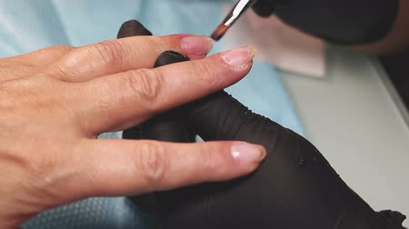 küfelik : Professional hardware pedicure using electric machine. The manicurist grinded the nails of the girl in the nail salon and now gives them a form. Patient on medical pedicure procedure. Stok Video
