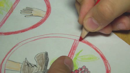 governante : Little boy sitting at table and drawing with colored pencils Vídeos