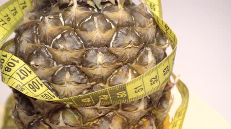 centímetro : Pineapple and Measurement