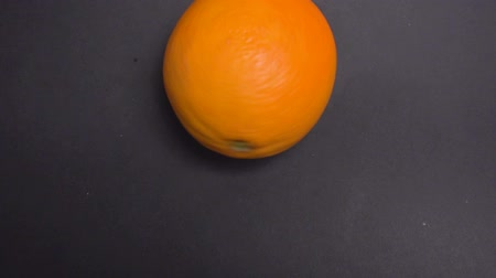 tek bir nesne : A half orange against black background