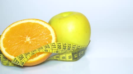 сантиметр : fruits and measuring tape close up. The concept of diet Стоковые видеозаписи