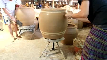 ratchaburi : Feb 18, 2017 - Ratchaburi, Thailand: female worker draws lines by freehands on clayed jar, one of making famous Dragon Jar of Ratchaburi pottery industry.