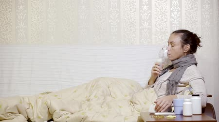 baca : Woman lying in bed with a bad flu