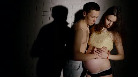 нежный : Pregnant wife and husband in studio.