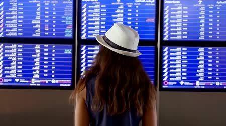 cancelado : Beautiful woman in front of flight information board Vídeos