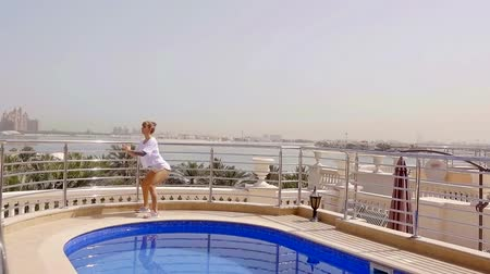 reclináveis : Flexible lady is engaged in squats on the balcony, she wants elastic buttocks