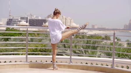 reclináveis : young fitness trainer is busy stretching in the morning on the balcony of her villa