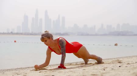 uzanmış : young and sexy woman in a swimsuit doing exercises in a pose lying on the beach