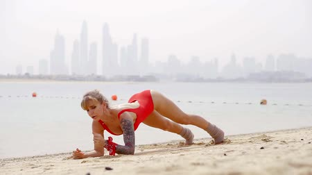 łokieć : Woman working out on the beach under hot sun. Wideo