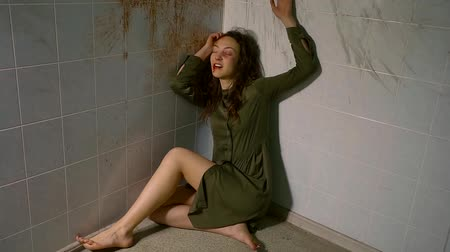 углы : mentally ill young girl huddled in the corner of the room and be in poor condition. attack psychiatric.
