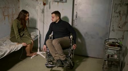 imprisonment : a disabled person and a crazy woman are in the ward for the impaired, a couple are talking