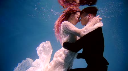ninfa : a professional actor and actress dancing under the water, a couple are shot in a video Vídeos
