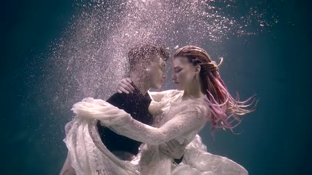 intim : actress and actor are submerged underwater for participation in underwater performance