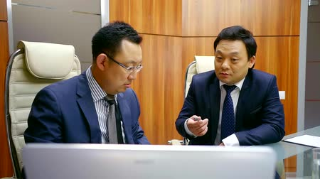 povinnost : Two Japanese people discuss a business plan to improve the financial condition of their company