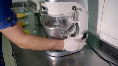 šlehačka : Whipped cream and mixer. Cooking, whipping eggs with electric whisk. Mixing white egg cream in a bowl with motor mixer. Professional equipment Dostupné videozáznamy