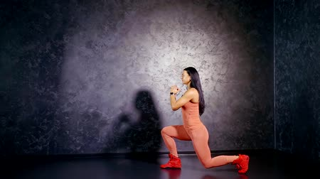 quadriceps : Girl athlete performs exercise lunges forward to strengthen the muscles of the legs. Muscle growth of the quadriceps and hamstrings