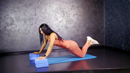 fejleszt : girl athlete performs an exercise push-UPS in depth with the tribes to develop the muscles of the chest