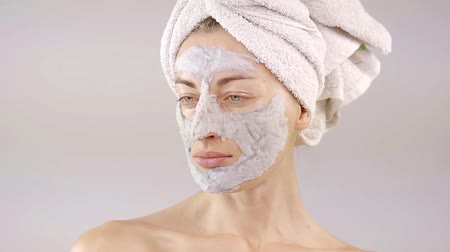 expressão facial : Portrait of a beautiful young girl with a pore cleansing mask. artistic plays with his hands and facial expressions
