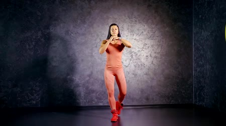 multifunctional : Girl professional athlete teaches to perform the exercise crossed lunges back with the rise of the foot on the toe. muscle group of the glutes and hamstrings.