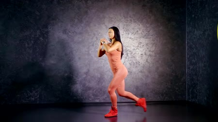 multifunctional : Girl professional athlete teaches you to perform the exercise back lunges. muscle group of the glutes and hamstrings. training at home.