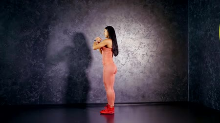 multifunctional : Girl professional athlete teaches you to perform the exercise back lunges. Target muscle group of the glutes and hamstrings Stock Footage