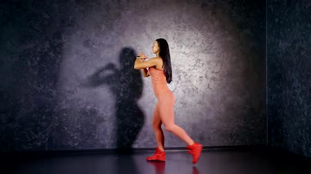 multifunctional : Girl a professional athlete teaches exercise lunges back on two accounts. Legs training