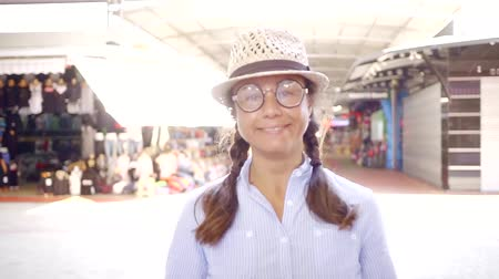 optyk : Funny adult woman being funny and childing in goofy round glasses and a hat. Wideo