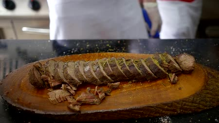 sekaná : Seasoned, roasted beef on a wooden board. Dostupné videozáznamy