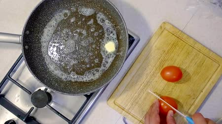az yağlı : cooking at home. melt the butter in a hot pan to fry tomatoes Stok Video