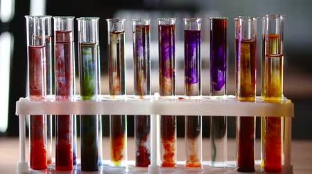 reakció : chemical reaction color change with the addition of alkali in a test tube with the reagents