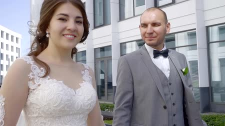 tatar : wedding walk in the business center of a young Tatar couple. A woman in a beautiful wedding dress with a bouquet of flowers, a man in a three-piece suit Wideo