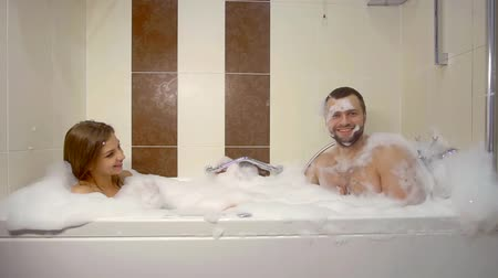 купальный костюм : fun to play the mad man bathing in the bathroom with my girlfriend Стоковые видеозаписи