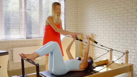 restauração : Pilates and physical therapy coach restores the patient after injury