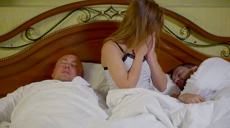 sexo : Sexy young girl wakes up in bed with two guys after night party, happy woman. Vídeos