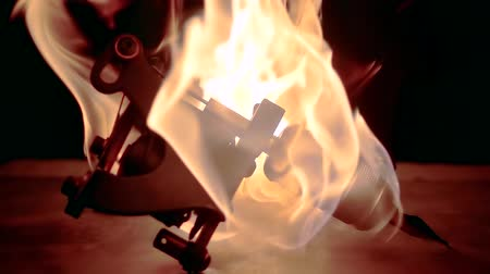 usado : Close-up shot of a burning tattoo machine on the table. Vídeos