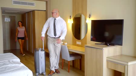 convidado : Businessman in a hotel room with a wife, staying in hotel during trip. Stock Footage