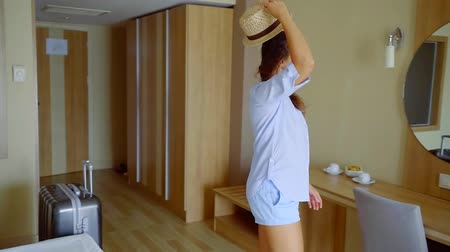 foglalás : Arrival of a woman tourist in a hotel, traveling on vacation. Stock mozgókép