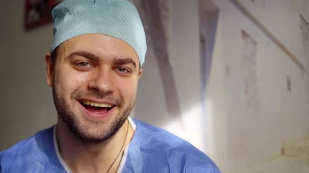 özlemlerini : Portrait of a handsome male nurse expressing positivity, making funny faces in a hospital. Stok Video