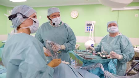 yöntem : group of professional and experienced physicians are making endoscopic operation in clinic