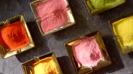 ferramenta : Many different colorful powders in square plates on a table. Vídeos